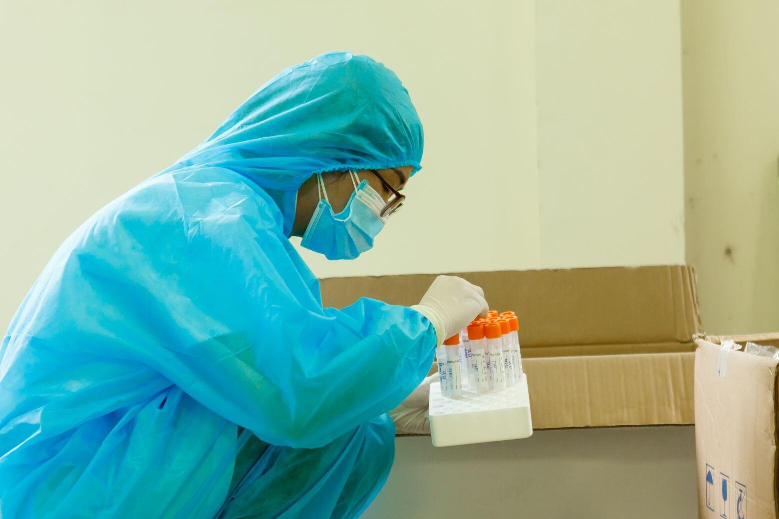 Kiểm tra trước khi đóng mẫu, đảm bảo 100% CBCNV được lấy mẫu xét nghiệm Covid 19